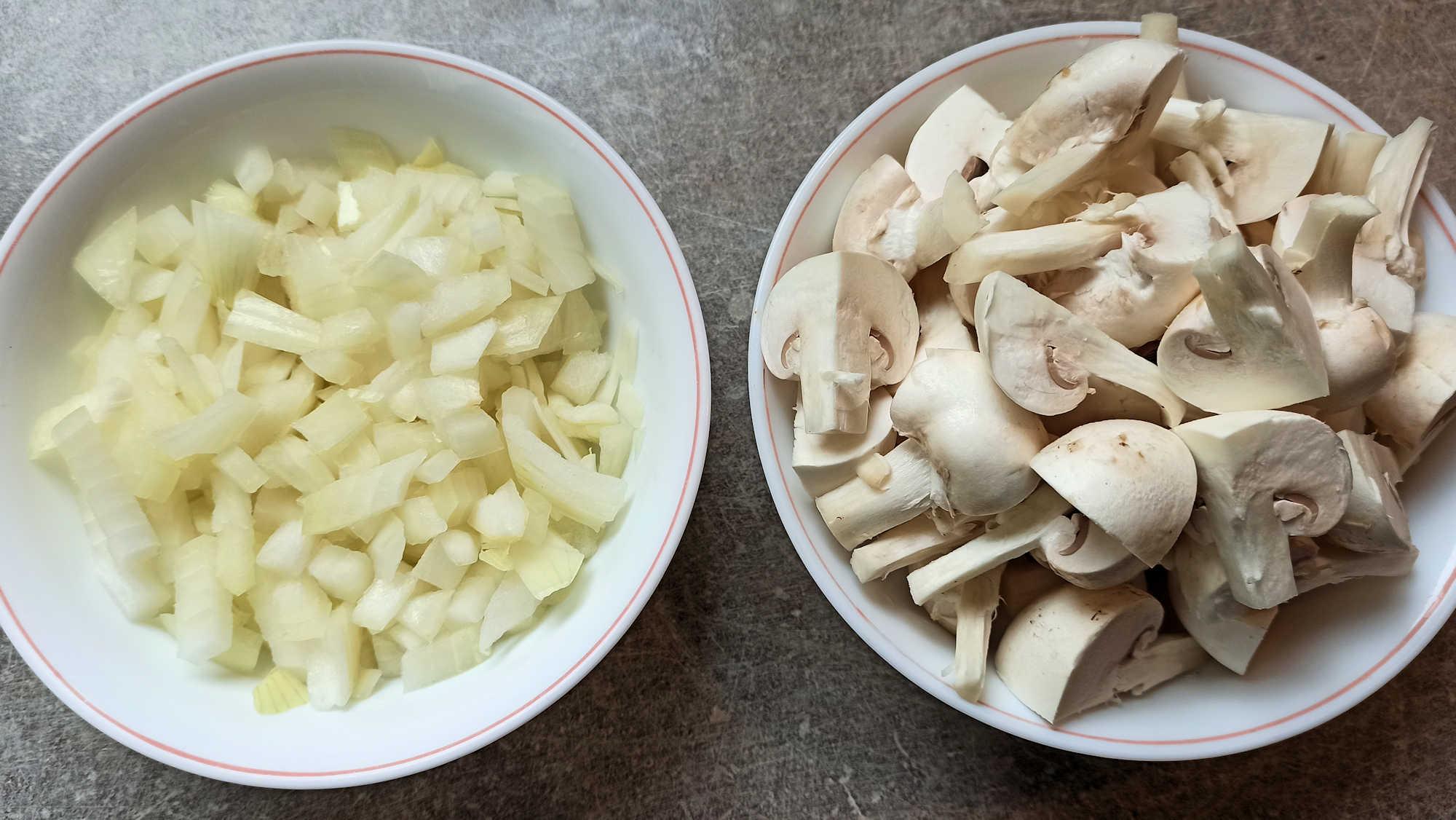 Emincer l'oignon et couper les champignons en 4
