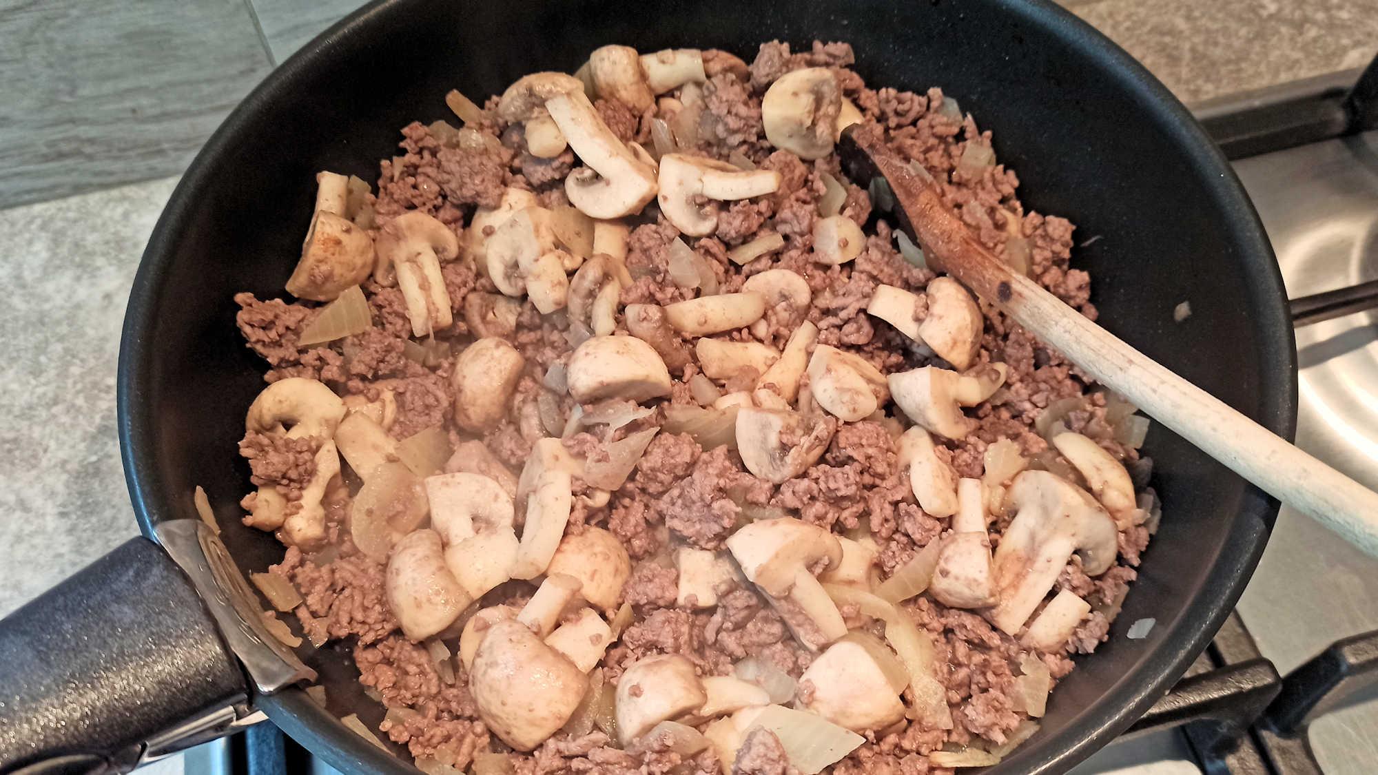 Lorsque le boeuf, l'oignon et les champignons sont cuits