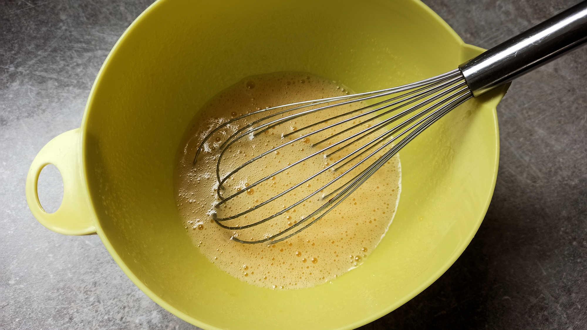 Mélanger les oeufs et le sucre au fouet