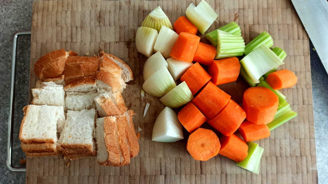 Couper le pain, les oignons, les carottes et les branches de céleri