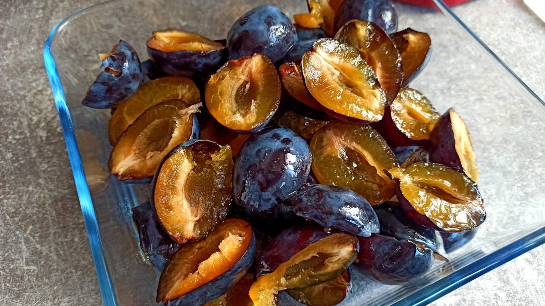 Couper les prunes en deux et les dénoyauter