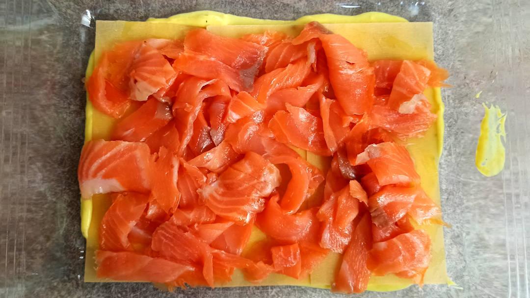 Répartir les lamelles de saumon fumé